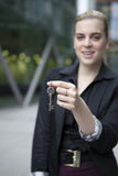 Frau halten Schlüssel an der Kamera Lizenzfreie Stockfotografie