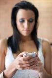 Frau am Handy lizenzfreie stockfotos