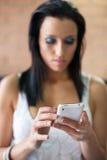 Frau am Handy stockbilder