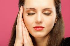 Frau hat blind Hände in Kopf eingesetzt Lizenzfreie Stockbilder
