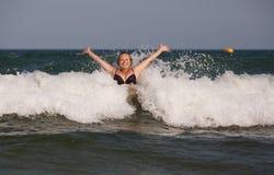Frau hat eine Welle gesendet lizenzfreie stockfotos