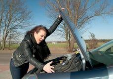 Frau hat einen Autozusammenbruch Stockfoto