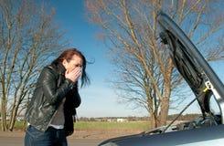 Frau hat einen Autozusammenbruch Lizenzfreie Stockfotos