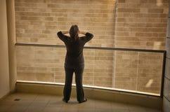 Frau hat einen klaustrophobischen Angriff in ihrem schrecklichen Balkon stockbild