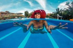 Frau hat einen Spaß im Swimmingpool lizenzfreies stockbild