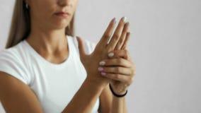 Frau hat Handgelenkschmerz stock video