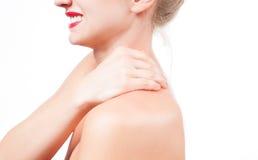 Frau hat Nackenschmerzen Akt schultert Mädchen von der Rückseite Lizenzfreie Stockfotos