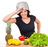 Frau hat Spaß in der Küche stockbilder