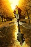 Frau am Herbstgehen Stockfotos
