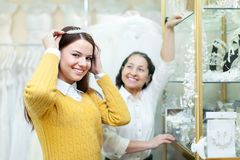 Frau hilft der Braut, wenn sie Brautdiadem wählt Stockbilder