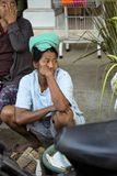 Frau Hindu, Dorf Toyopakeh, Nusa Penida am 21. Juni Indonesien 2015 Stockbild