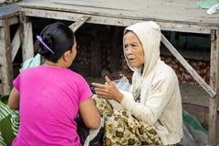 Frau Hindu, Dorf Toyopakeh, Nusa Penida am 21. Juni Indonesien 2015 Lizenzfreie Stockfotos