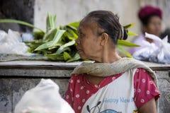 Frau Hindu am Markt, Dorf Toyopakeh, Nusa Penida am 22. Juni Indonesien 2015 Lizenzfreie Stockfotos
