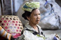Frau Hindu am Markt, Dorf Toyopakeh, Nusa Penida am 22. Juni Indonesien 2015 Lizenzfreie Stockfotografie