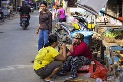 Frau Hindu am Markt, Dorf Toyopakeh, Nusa Penida am 22. Juni Indonesien 2015 Stockbild