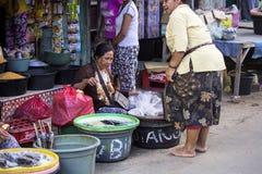 Frau Hindu am Markt, Dorf Toyopakeh, Nusa Penida am 22. Juni Indonesien 2015 Lizenzfreies Stockfoto