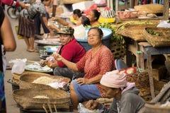 Frau Hindu am Markt, Dorf Toyopakeh, Nusa Penida am 24. Juni Indonesien 2015 Lizenzfreie Stockfotografie