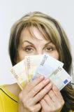 Frau hinter Geld Lizenzfreies Stockfoto