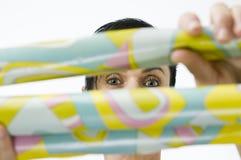 Frau hinter Papier Stockbilder