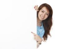 Frau hinter unbelegter Wand Stockfotos