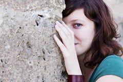 Frau hinter Wand Lizenzfreie Stockfotos