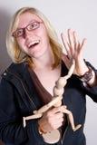 Frau hoch-fünf mit hölzerner Puppe. Stockfotos