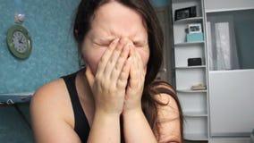 Frau hoffnungslos zu Hause Missbrauchsopfer-Gewalttätigkeit Kaukasisches Mädchen mit dem langen braunen Haar schreiend in ihrem R stock video footage