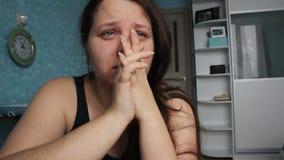 Frau hoffnungslos zu Hause Missbrauchsopfer-Gewalttätigkeit Kaukasisches Mädchen mit dem langen braunen Haar schreiend in ihrem R stock footage