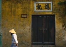 Frau in Hoi An Vietnam lizenzfreie stockfotos