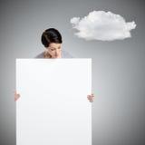 Frau holt ein sehr großes Blatt der weißen Pappe Stockbilder