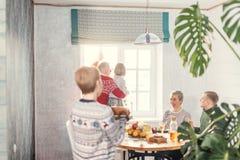 Frau holt ihrer Familie einen tsty Truthahn stockfoto
