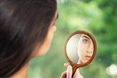 Frau i spegeln Arkivfoto