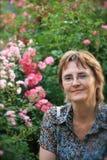 Frau in ihrem 40s lizenzfreie stockfotos