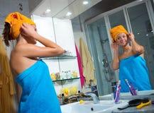 Frau in ihrem Badezimmer Stockbild
