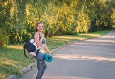 Frau in ihrem Eignungspark mit Sport bauschen sich auf seiner Schulter und PA Stockfotos