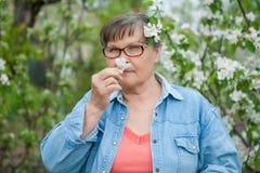 Frau in ihrem Garten Stockbild