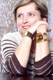 Frau in ihrem Jahrlächeln stockfotografie