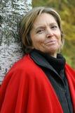 Frau in ihren Fünfziger Jahren, die den Baum bereitstehen Stockbilder