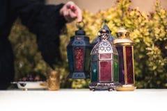 Frau im abaya vereinbart arabische Lampen für Ramadan Stockbilder