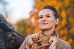 Frau im Abendherbstpark, der durchdacht beiseite schaut Lizenzfreie Stockfotografie