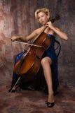 Frau im Abendkleid, das Cello spielt Stockfoto