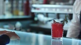 Frau im Abendkleid, das mit Bargeld für ein Cocktail zahlt stock video