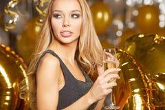 Frau im Abendkleid mit Champagnergläsern - neues Jahr Stockbild