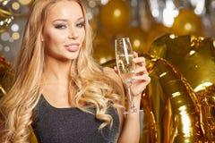 Frau im Abendkleid mit Champagnergläsern - neues Jahr Stockbilder