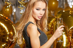 Frau im Abendkleid mit Champagnergläsern - neues Jahr Stockfotografie