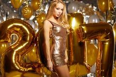 Frau im Abendkleid mit Champagnergläsern - neues Jahr Lizenzfreies Stockbild