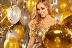 Frau im Abendkleid mit Champagnergläsern - neues Jahr Stockfoto