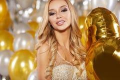 Frau im Abendkleid mit Champagnergläsern - neues Jahr, celebr Stockfoto