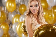 Frau im Abendkleid mit Champagnergläsern - neues Jahr, celebr Stockbild
