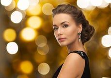 Frau im Abendkleid und im Ohrring lizenzfreies stockbild
